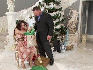 Sve što želim za Božić, Nikol Aleska je pušenja supruga toplu kucu sa sva bogatstva ona mogla sanjati. Kad haljine i nakit nisu dovoljno da zadovolji svoju malu ženu, njen voljeni suprug se slaže da joj donesem grupnjak fantazija iznenađenje za Božić! Nek
