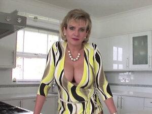 Погрешна Британска зрела дама Соња представља своје Велике Сисе. Пуногрудая бисексуална жена дама Соња милује своје велике сисе и мастурбира раширене Пичке у гаћама