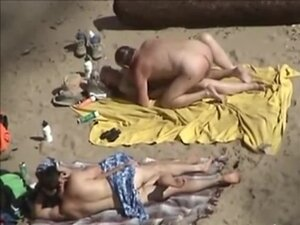 tre40 - dva za parove plaža, dva parovi misle da su sami na plaži privatne nudista i rade je gadna, ne Shvatajuci da su snimljeni. Zreli i mladi, obojica su jebem na Deke, sijanja njihova gola tela.