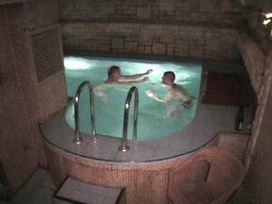 Skoro svaki saunu, skoro svaki sauna ima fin bazen kojima možete plivati i uzmi gutljaj nešto. Ali ovaj par ima nešto bolje! Da vidim koliko duboko je ovaj gadan tip gura njegov kurac u Mesnata dabar je fufica!