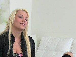 Ženski agent igračke prsata plavuša model, seksi brineta Euro ženski agent intervjue seksi plavuša model u livenje onda na kaucu igračke njenoj pici pre omogućava da joj je prst do orgazma