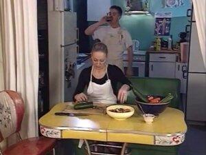 млађи пастув јебе две старе даме у дупе,