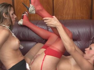 ShemalesFuckShemales Video: Patricia B i Jasmin, izgleda da je masaža vremena za napaljene shemale kurve Patricija i Jasmin na tu sofu, i naravno to će dovesti do seksualnog shemale strasti koje je sigurno da se zamagle stvari. Obe plavuљe attain rigidna
