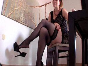 Gospodarica erzieht Sklaven u najlonke und visoke potpetice