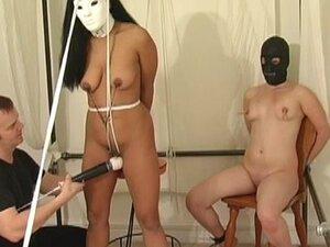 FetishNetwork Video: Bondage Dolls Revealed. На екрану се појављују две маскиране девојке.  Један од њих је повезан са њеним брадавицама и стезаљкама.  Маске су снимљене, а прави идентитет ових робних лутака је откривен.  Сазнајте која од ваших омиљених д