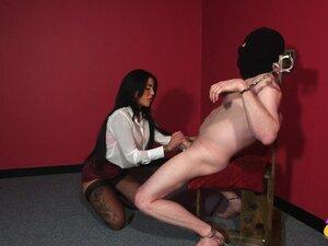 Наугхти бринета Алиса судија везала њен роб-човека, да сиса његов пенис-Алиса судија