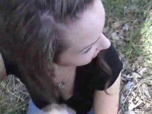 Slatka drolja daje na otvorenom oralni seks-seks-stimulacija, kad krene ovaj med u zemlji gde niko ne vidi ovo srce se pretvara u drolja stvarno ding-dong sisanja muda.