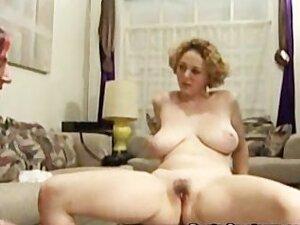 Seksi izgleda mama dobija dupe i pička lizali