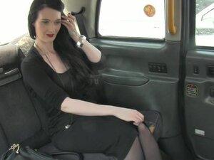 Engleski amaterski cockriding taksista u taksiju